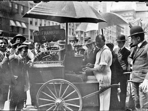 История Нью-Йоркских хот-догов в фотографиях.