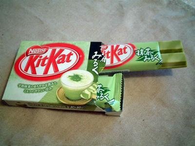 KitKat , зеленый чай с молоком.