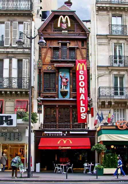McDonalds в Париже, Франция.