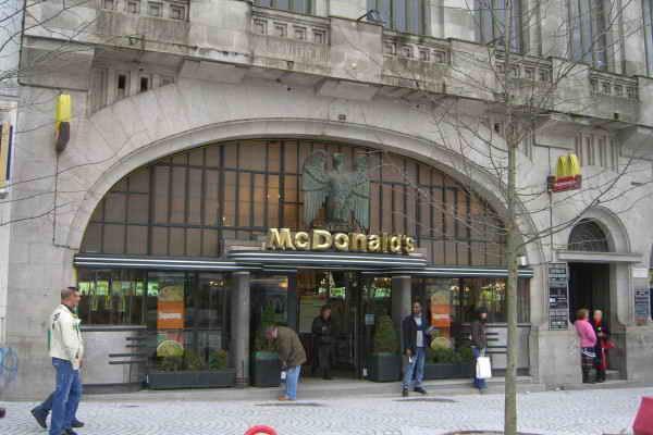 McDonalds в Порту, Португалия.