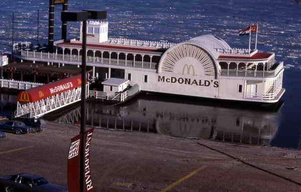 McDonalds на реке Миссисипи, Сент-Луис, Миссури.