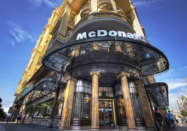 McDonalds в отеле Gran Via в центре Мадрида, Испания.