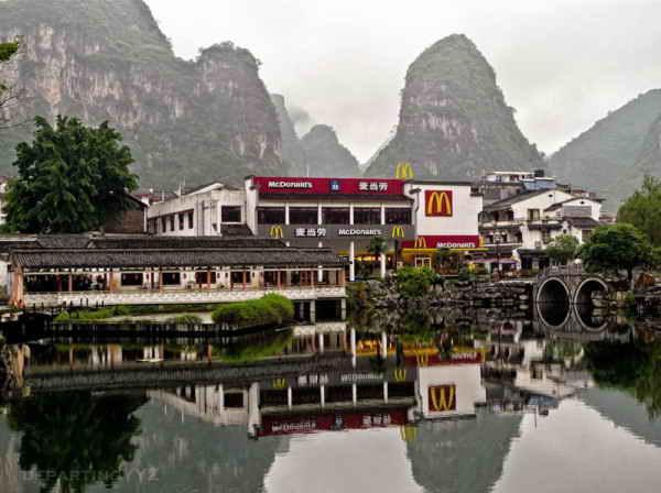 Экзотический McDonalds в Яншо, Китай.