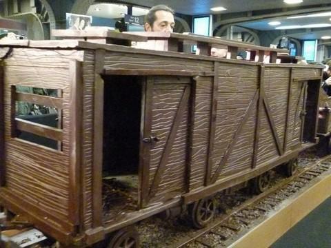 Модель поезда из шоколада длиной в 33,6 метра.