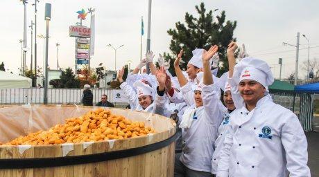 Казахстанцы установили мировой рекорд по поеданию баурсаков